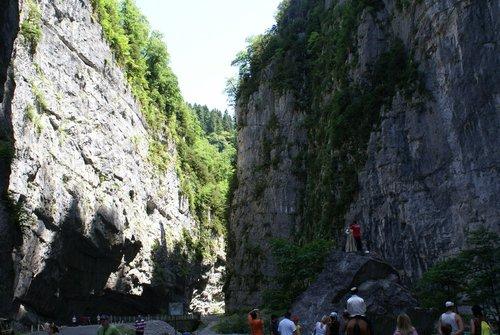 Дорога между скал к озеру Рица. Каменный мешок.
