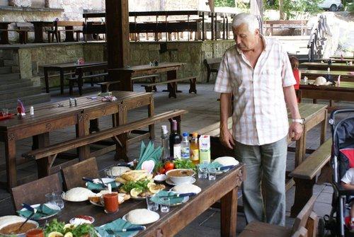 Типичный абхазский стол. Обязательно мамалыга, хачапури, шашлык, много зелени. Вино.