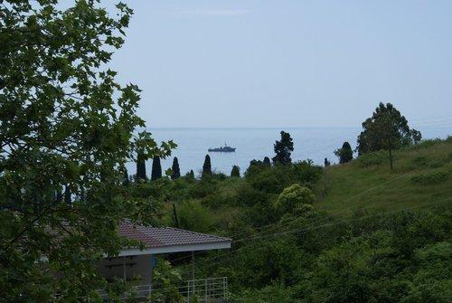 Побережье около Нового Афона. На рейде российские корабли. Внушают уважение и уверенность.