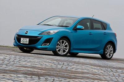Никакого кардинального редизайна, но Mazda Axela выглядит посвежевшей: знакомые линии стали более акцентированными. В Японии Axela, оснащённая системой i-stop, может рассчитывать на налоговые льготы как «экокар». Машина доступна в семи цветовых решениях, в том числе в трёх новых. Мой персональный выбор — «Celestial Blue Mica» (на фото).