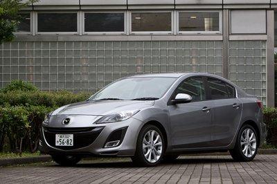 Новая Mazda Axela в кузове седан. Передок, как видно, не отличается от хэтчбэк-варианта: всё та же узнаваемая пятиугольная решётка радиатора. Плавные линии, идущие от переднего крыла к заднему, также являются характерной особенностью Axela нового поколения.