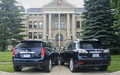 Cadillac SRX и Lexus RX 350. Вид сзади