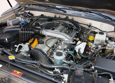 Предпусковой подогреватель, компрессор с ресивером, дополнительный топливный фильтр — основная модернизация двигатель все-таки еще ожидает. Вряд ли для 1HZ купят фирменный австралийский турбокит, но «затурбован» он, скорее всего, будет компонентами от 1HD-T