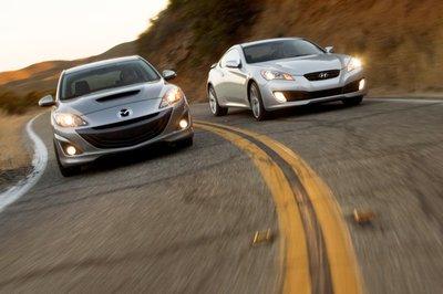 Два автомобиля, олицетворяющие различный подход к достижению одой цели: высокая динамика по доступной цене.