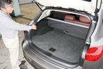 Задние сиденья складываются и раскладываются нажатием кнопки, расположенной на стенке багажника.