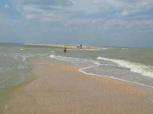 Cлева Азовское море, справа Таганрогский залив.