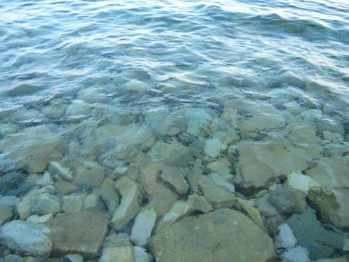 Вода суперпрозрачная, теплая и соленая.