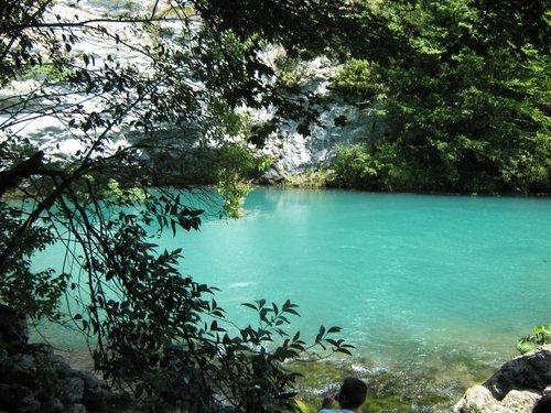 Голубое озеро. Если мне не показалось, то экскурсовод говорил о его глубине порядка 90м.