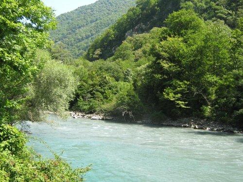 Река с мутновато-голубой водой. Вытекает из оз.Рица.