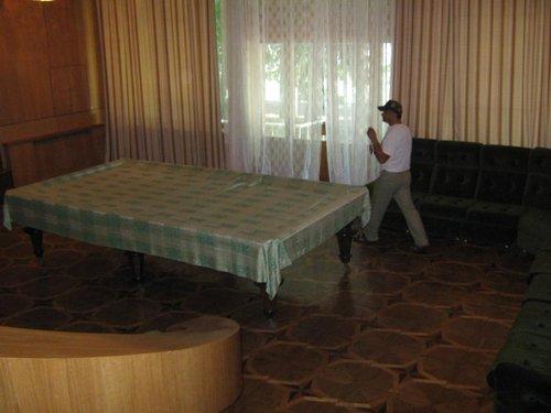 Бильярдный стол – немецкий реквизит. В основании мраморная плита.
