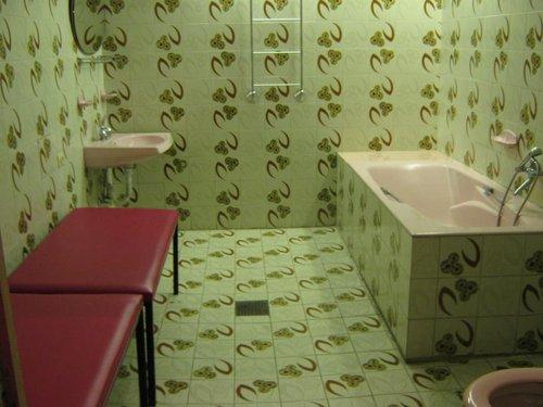 Одна из ванных. Вся отделка того времени.