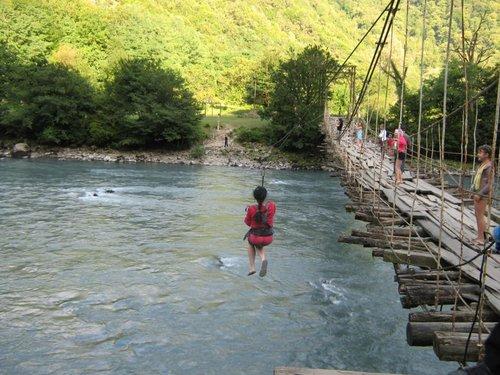 Аттракцион – «Перелети реку».