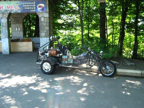 Супербайк. Двигатель стоит сзади, по-моему, не мотоциклетный. Колеса-то задние точно автомобильные.