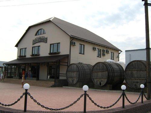 Винный завод. Встречали вино с этикетками «Chateau de Tamagne»? Вот, оно отсюда. Покупаем несколько бутылок.