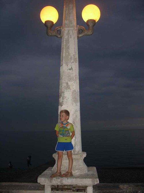 У нашего папы есть точно такая же фотография, где он маленький. Будто время остановилось.