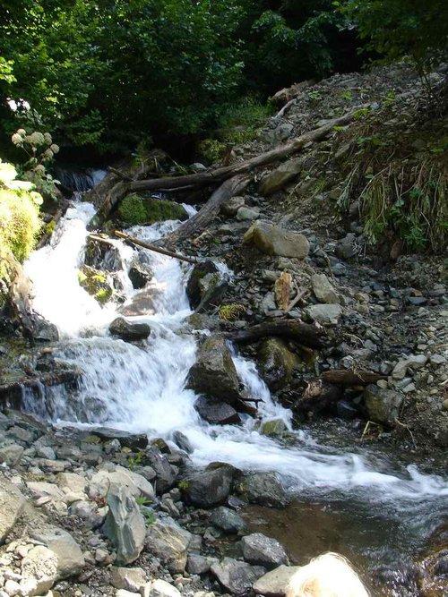 Горный водопадик на безымянной речке, пересекает дорогу.