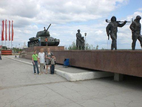 Памятник воинам — участникам Великой Отечественной войны. Раньше памятник состоял из танка, теперь же к нему «пристроили» воинов восточной внешности.