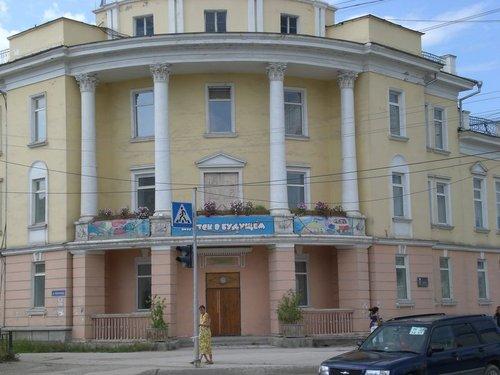 Старое здание с надписью «Якутск в будущем» на пересечении улиц Орджоникидзе и Кирова.
