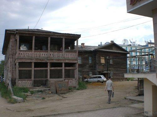 А это здание — чуть подальше на этой же улице…