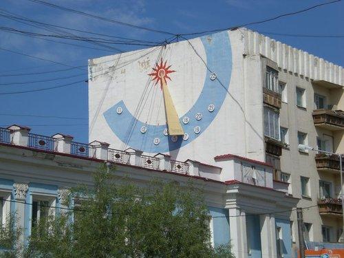 Солнечные часы на фасаде здания по проспекту Ленина.