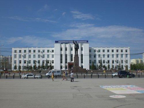 Дом правительства №2. Вид с площади Ленина. Во время фотосъемки фонтан, который был у меня за спиной, уж простите, пах нечистотами.