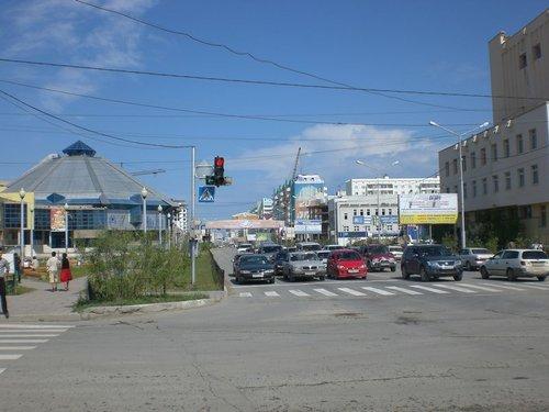 Улица Пояркова. Слева — цирк.
