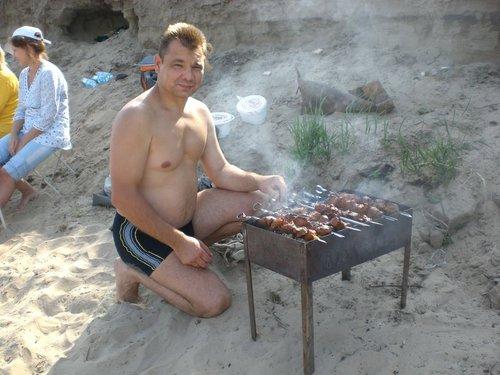 Андрей готовит шашлык (аж слюнки сейчас текут).