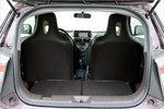 В iQ препятствием становится порог багажника. Зато в него помещается 395литров, если в машине едут двое.