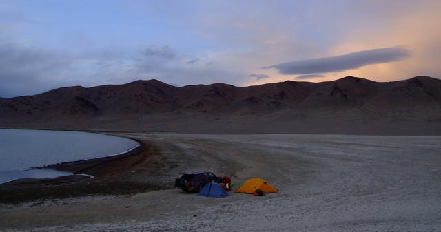 Первая стоянка в Монголии около озера Цагaан-Нуур. Пейзаж космический!