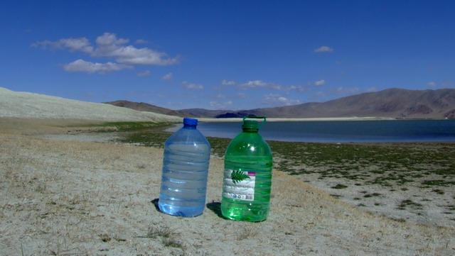 Это ключевое бинарное соединение нашего путешествия :о). В синей канистре — 5 литров спирта, в правой — 5 литров чистейшей сибирской воды.