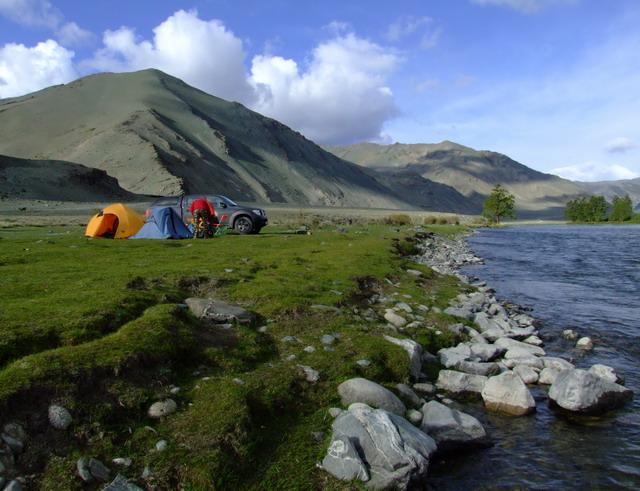 Долина реки Ховд, которая берет свои истоки в горах монгольского Алтая.