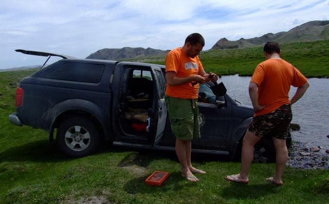 Ошибки в навигации и недооценка состояния грунта речного берега привели к тому, что машину мы посадили «на брюхо».