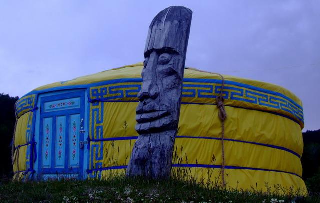 Деревянный тотем, напоминающий Путина, охраняет бухту от злых духов… :о)