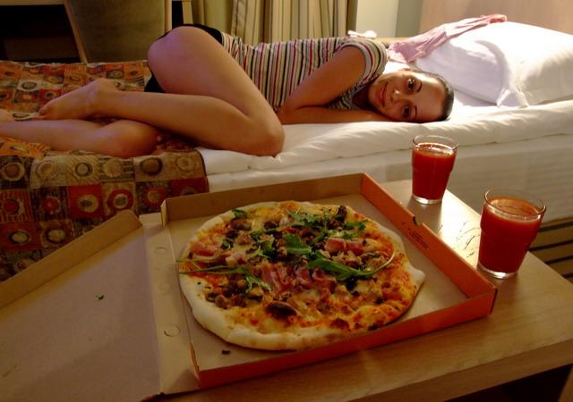 В Новосибирске решили отдохнуть от походной жизни: гостиница, белоснежные кровати и западный fast-food.
