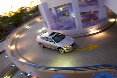 Crosstour демонстрирует недостаточную поворачиваемость, но управляемость у машины стабильная, а руль хорошо держит центральное положение