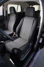 Передние сиденья с неточной регулировкой спинок.