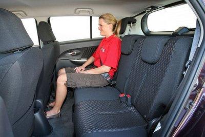 Место на заднем сиденье ограничено.