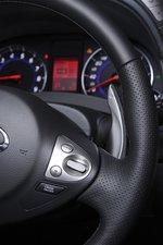 На руле расположено управление круиз-контролем, за рулем спрятался рычажок для ручного выбора передачи