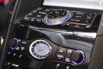 Над стильными часами расположено стандартное для Infiniti управление электронными системами