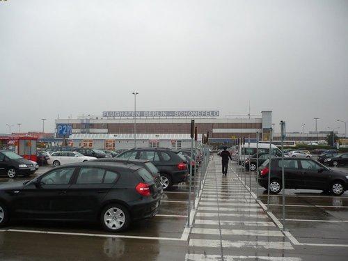 Парковка перед аэропортом (тут стоят арендные машины).