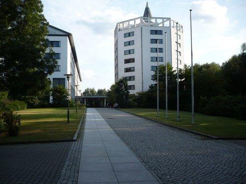 Гостиница в пригороде Берлина (г. Erkner). Слева въезд на парковку.