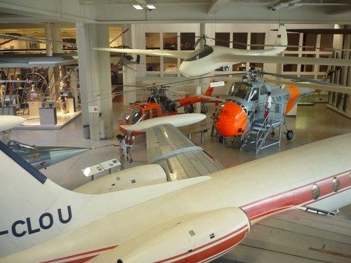 В зале, посвященном авиации.
