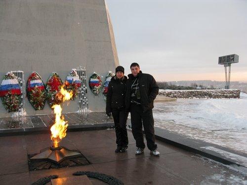 Я с супругой все у того же памятника.