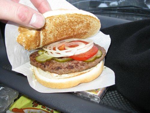 Гамбургер «Норвежский» из оленины, очень вкусный, цена 140 руб.