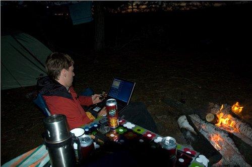 Вечер, костер, пиво, ноутбук — самое время спланировать дальнейший маршрут.