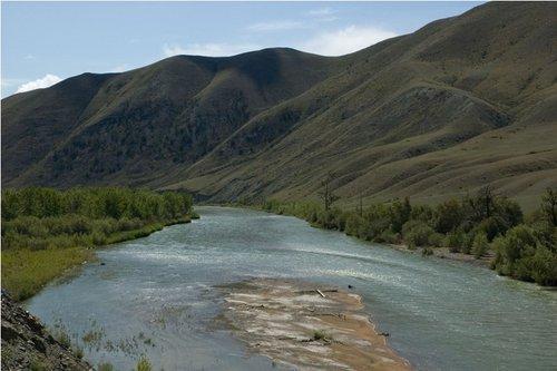 Временами попадались реки, но редко.