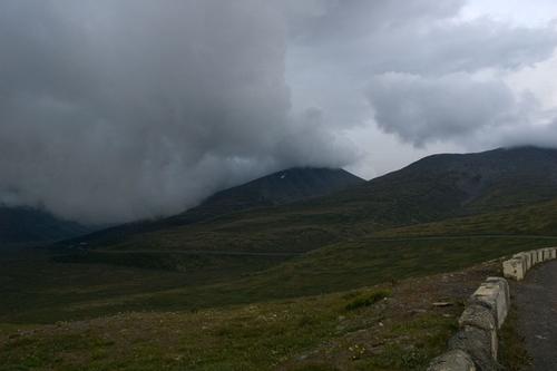 Дорога проходит прямо через облака.