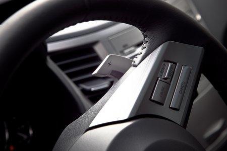 Подрулевые переключатели закреплены прямо на рулевом колесе.