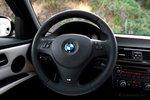 Руль BMW «рассказывает» то, что вам необходимо знать, не перегружая информацией.