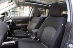 Можно регулировать высоту водительского сидения. По желанию, сидения автомобиля комплектацииG могут быть выполнены из натуральной кожи, оборудованы электрическим приводом и подогревом (210000иен).